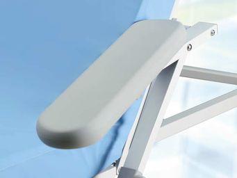 Eine graue Vollschaum (geschäumte) Armstütze schwenk-, hochklapp-, und abklappbar